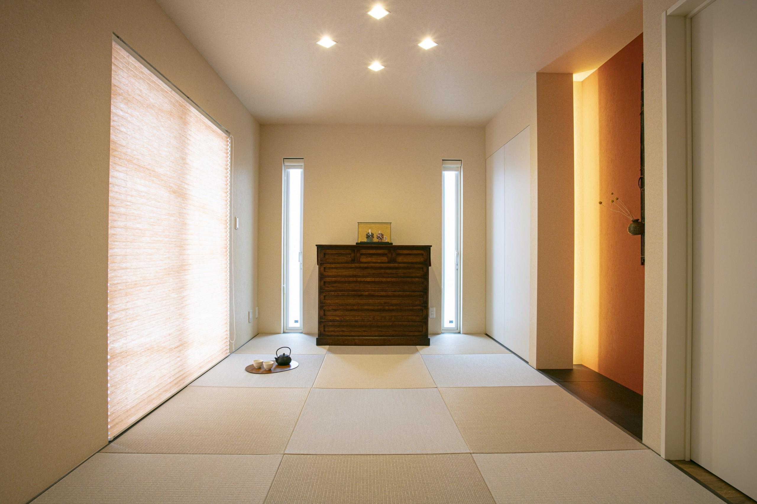 シンプルな空間に、施主様持参の重厚な家具のアクセント。